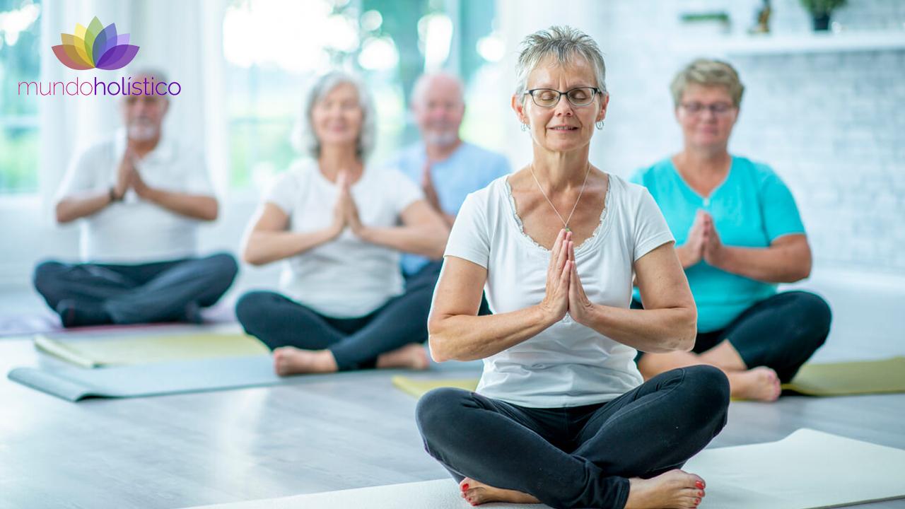 Beneficios del yoga en adultos mayores.